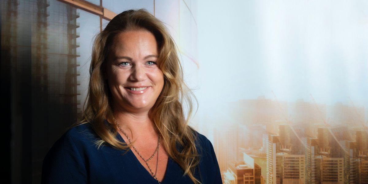 Jenny Larsson på Hitachi ABB Sverige mot utsikt från kontor i skyskrapa i motljus